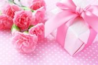 ピンクのカーネーションとプレゼント